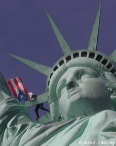 Tito Kayak sulla statua della Libertà
