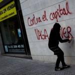 En Barcelona, un manifestante pinta en la pared una de las consignas de la Huelga General. Foto: Emilio Morenatti/ AP