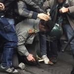 Spuntano fiori in piazza Alimonda dove di Carlo c'è ancora l'impronta Carlo Giuliani si aggiunge nel conto che alfin pagherete i padroni del mondo...