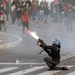 Si può morire dicendo: Ave Maria, si può morire gridando: Mondo porco!, si può morire per un sorpasso storto o sotto il fuoco della polizia.